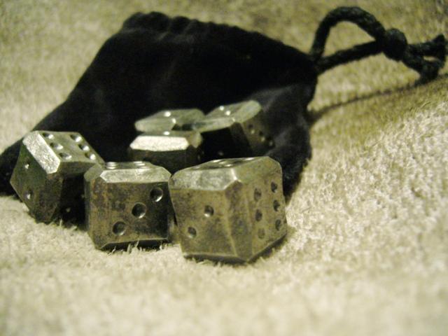 Ručně kované hrací kostky s váčkem - 6 ks